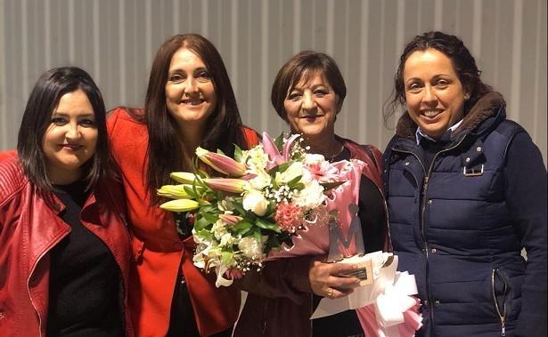 Mari García, con ramo de flores y el galardón 'Mujeres que cambian la historia'.
