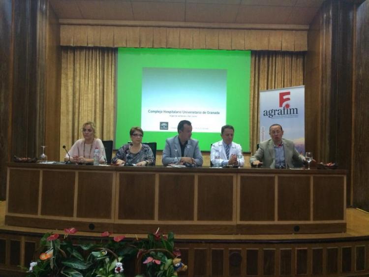 Autoridades de La Junta, Diputación y Ayuntamiento junto a la asociación, en el acto conmemorativo.