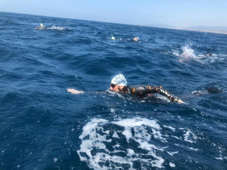 Francisco Moya durante la travesía a nado.