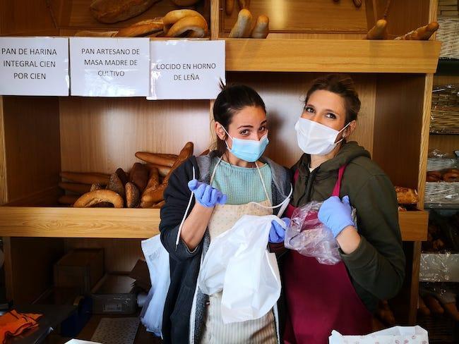 Dos empleadas de una panadería de la capital nos regalan su simpatía, tan necesaria.