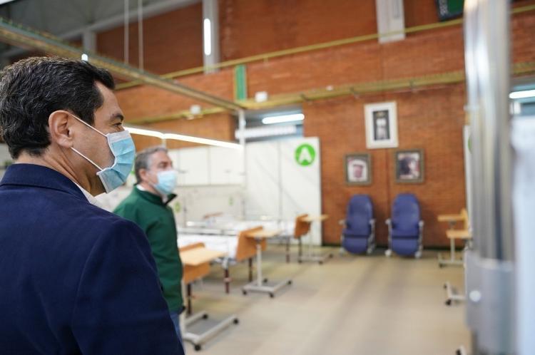 El presidente de la Junta, Juan Manuel Moreno, y el consejero de Presidencia, en una visita al hospital de campaña de Carranque, en Málaga.