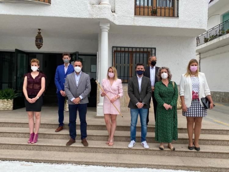 La alcaldesa con los representantes del PP que la han acompañado.