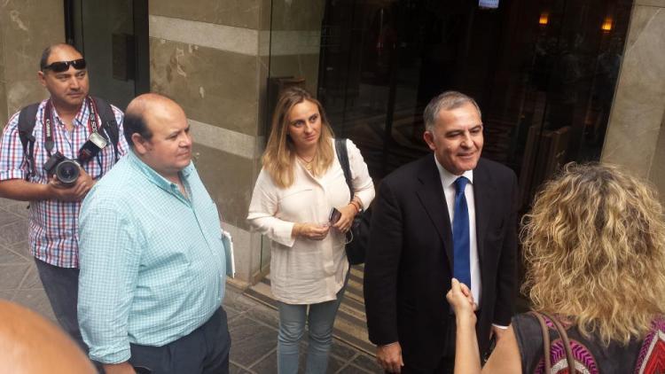Santiago Pérez y el resto de la delegación del PP.