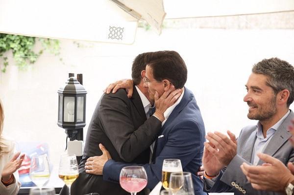 Juan Marín abraza a Luis Salvador, en un acto durante la campaña.