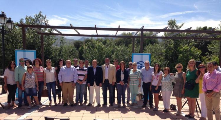 Sebastián Pérez con representantes del PP, hoy, en Dílar.