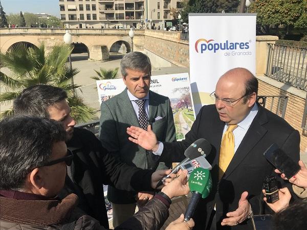 Sebastián Pérez explicando su proyecto a los periodistas.