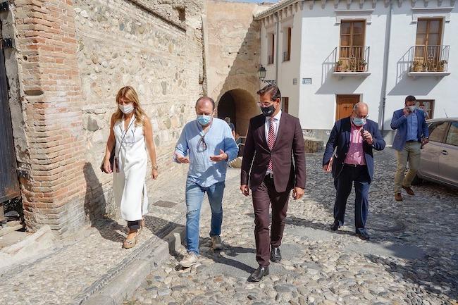 El alcalde, durante la visita al Albaicín.