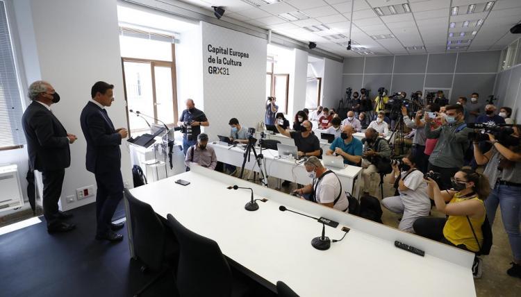 Luis Salvador, junto a José Antonio Huertas, el único edil que le apoya, en su comparecencia ante los medios.