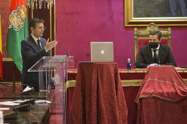 Luis Salvador sigue la intervención de Francisco Cuenca en el pleno sobre el COVID-19.