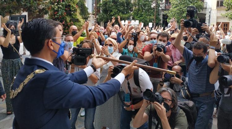 Cuenca ofrece el bastón de mando a la ciudadanía.