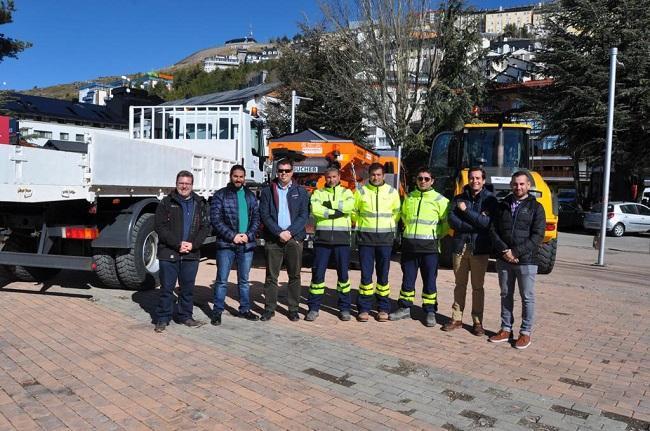 el alcalde de Monachil presenta nueva maquinaria quitanieves en Pradollano hace unos meses.