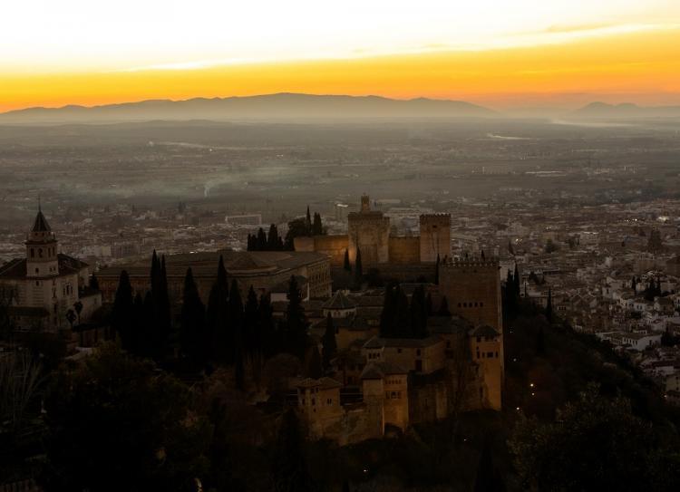 Imagen de la Alhambra con la ciudad de Granada y parte de la Vega de fondo.