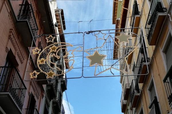 Alumbrado navideño en calles comerciales de Granada.