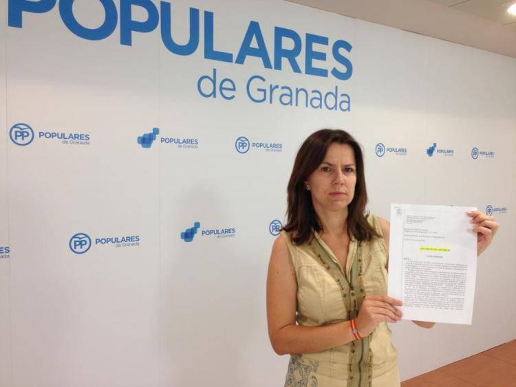 Ana Vanesa García muestra el decreto de archivo.