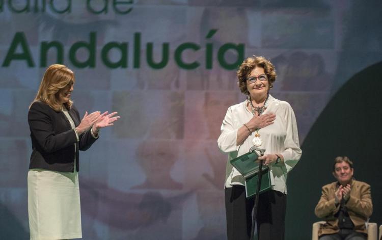 Antonina Rodrigo agradece la Medalla de Andalucía en presencia de Susana Díaz.
