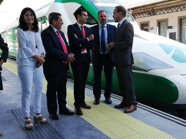 El ministro de Fomento, José Luis Ábalos, en la estación de Granada con el consejero, el alcalde, el presidente de la Diputación y la subdelegada del Gobierno.