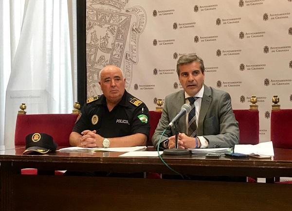 El concejal de Seguridad Ciudadana con el jefe de la Policía Local en una imagen de archivo.
