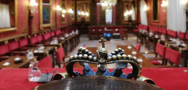 Salón de pleno del Ayuntamiento de Granada, con la silla de alcalde, en primer plano.