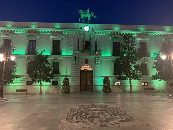 El Ayuntamiento de Granada, iluminado de verde durante el confinamiento en homenaje a los sanitarios.