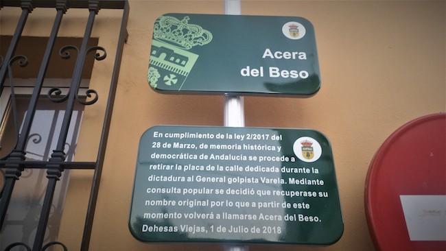 Calle de Dehesas Viejas, cuyo nombre -Del beso- fue decidida en votación por los habitantes del municipio, para sustituir al antiguo general franquista.
