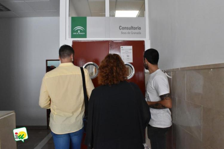 Representantes de IU en el Consultorio de Beas de Granada.