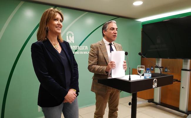 Bendodo insiste en esperar a las auditorías previstas para conocer el futuro de la EASP y Fundación Progreso y Salud El consejero de Presidencia, Elías Bendodo, junto a la delegada del Gobierno accidental de Málaga, Carmen Casero.