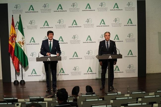 Elías Bendodo y Juan Marín, en rueda de prensa este lunes.