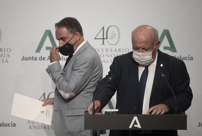 Los consejeros Jesús Aguirre y Elías Bendodo, este martes al término de la rueda de prensa.