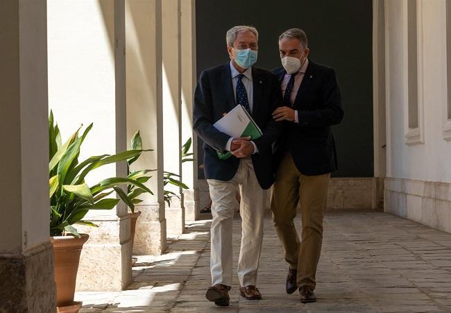 Elías Bendodo con Rogelio Velasco se dirigen a la sala de prensa de San Telmo.