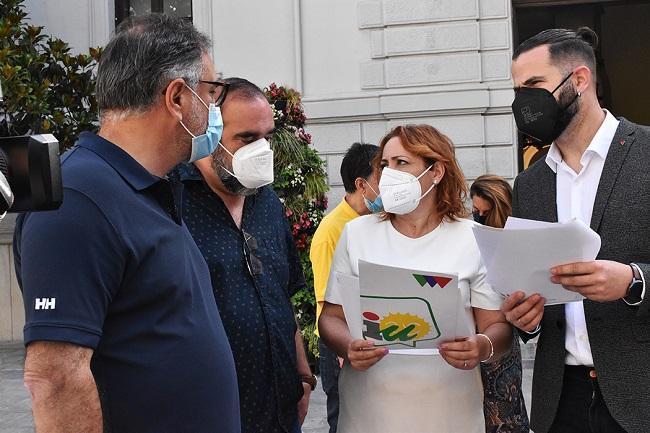 Representantes de IU, en una imagen a las puertas del Ayuntamiento de Granada.