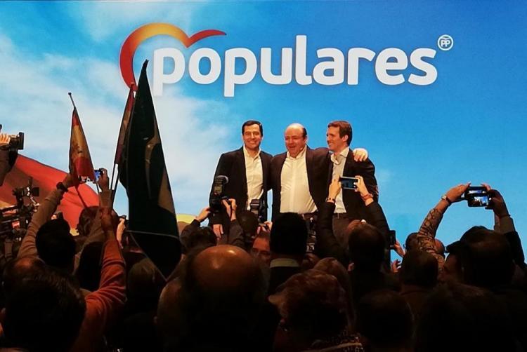 Sebastián Pérez flanqueado por Pablo Casado y Juan Manuel Moreno.