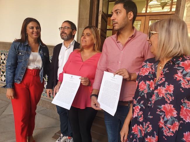 Nuria Gutiérrez, en el centro, junto a otros concejales socialistas.