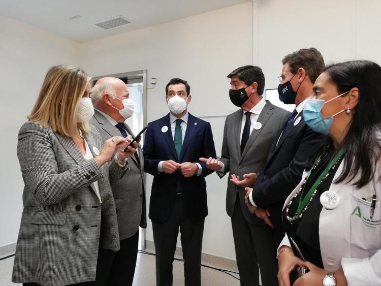 Moreno, en el centro, en su visita al Materno infantil tras atender a la prensa.