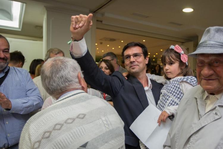 Paco Cuenca celebra los resultados.