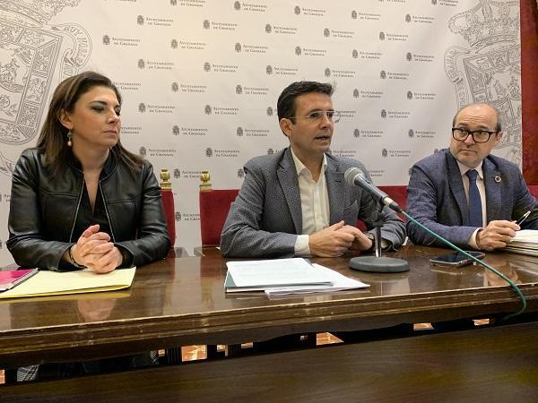 Francisco Cuenca, este lunes, con Raquel Ruz y José María Corpas.