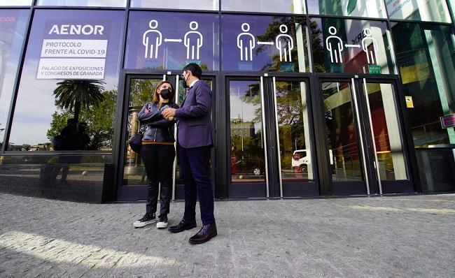 paco Cuenca y Raquel Ruz, este miércoles ante el Palacio de Congresos.
