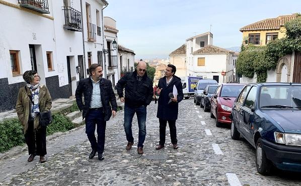 Miembros del PSOE, en la Cuesta de la Alhacaba.