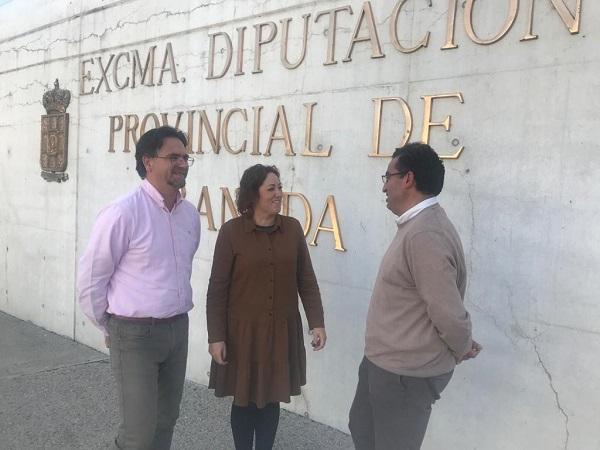 La diputada provincial de IU con el alcalde de Salar (derecha) y el responsable de Organización de IU Granada.