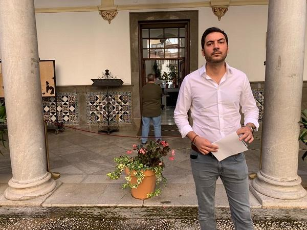 Eduardo Castillo, junto a las oficinas del Registro.