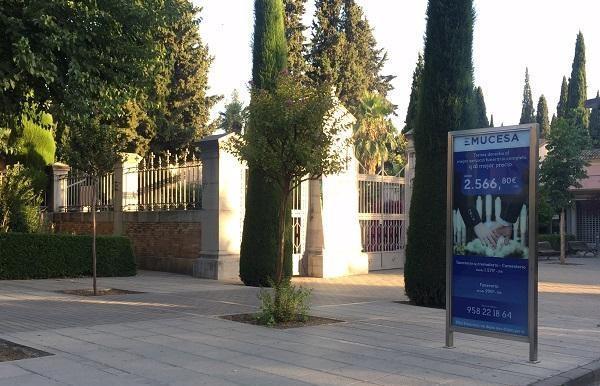 Cartel de publicidad de Emucesa a las puertas del cementerio.