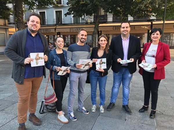 Casares, con otros representantes del PSOE, este jueves en la plaza Bibrrambla.