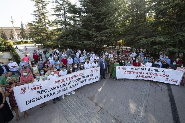 Concentración de alcaldes y portavoces socialistas, este martes, frente a la Junta.