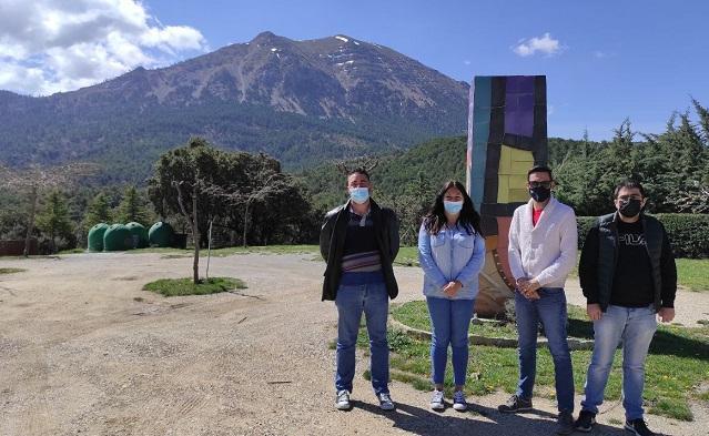 Miembros de Podemos, con la Sierra de la Sagra al fondo.