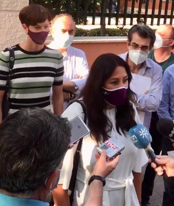 Alejandra Durán atiende a los periodistas.