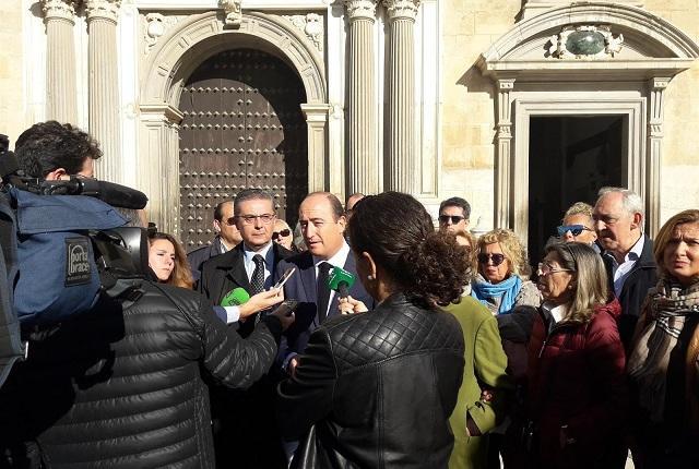 García Montero atiende a los medios frente a la Audiencia Provincial.