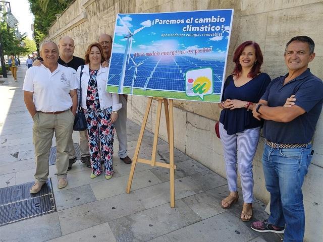 Miembros de IU presentan su proyecto de climatización.