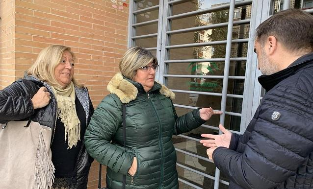 Ana Muñoz (en el centro), junto al cerrado consultorio de Mirasierra.