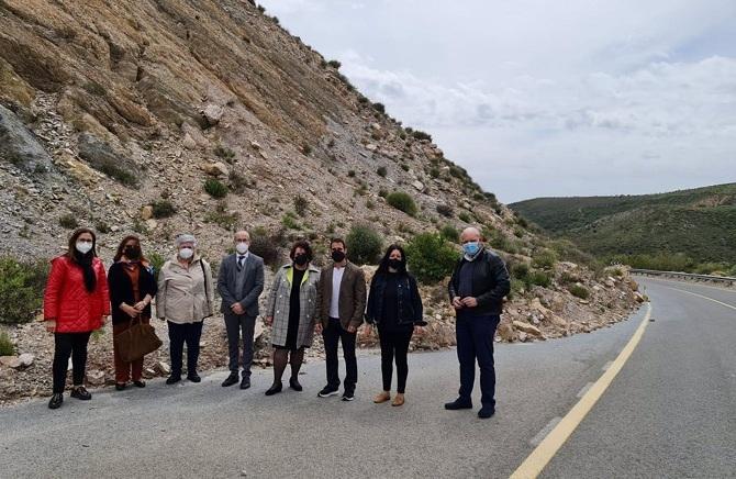 Miembros del PSOE, junto al desprendimiento que ha ocupado parte de la calzada.