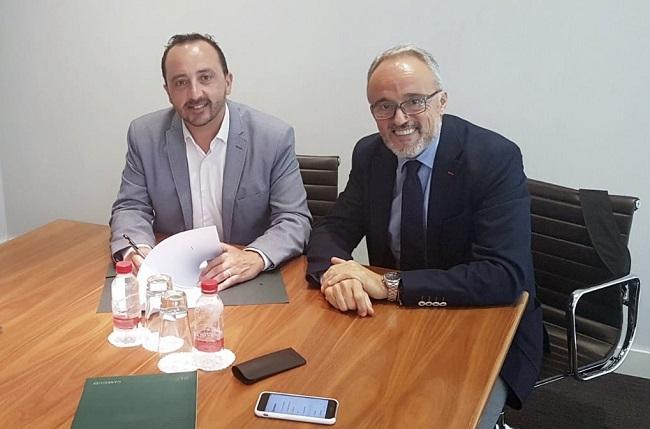 El alcalde, Roberto García, con el representante de Garrigues, José Vicente Belenguer.