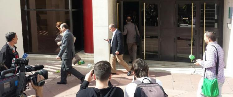 Juan García Montero y Juan Antonio Mérida abandonan los juzgados este jueves.
